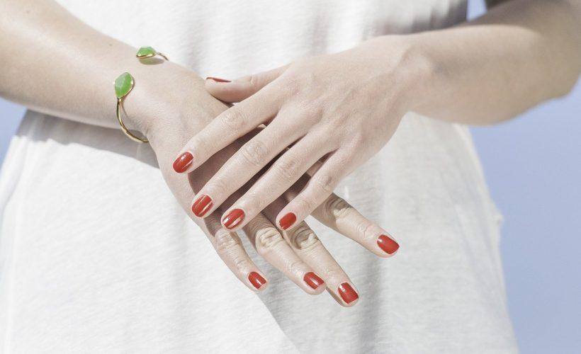 L'amélioration des mains avec l'acide hyaluronique et les skinboosters